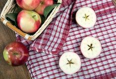 Ainda vida de muitas maçãs em um guardanapo na cesta em um guardanapo Imagem de Stock
