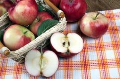Ainda vida de muitas maçãs em um guardanapo na cesta em um guardanapo Imagens de Stock