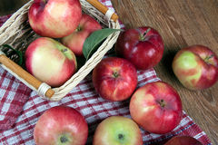 Ainda vida de muitas maçãs em um guardanapo na cesta em um guardanapo Fotos de Stock Royalty Free