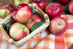 Ainda vida de muitas maçãs em um guardanapo na cesta em um guardanapo Imagens de Stock Royalty Free