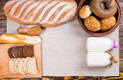 Ainda vida de pães frescos com as garrafas do leite Foto de Stock Royalty Free