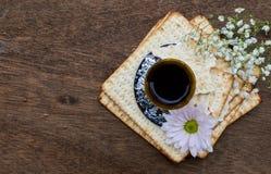 Ainda-vida de Pesach com pão judaico do passover do vinho e do matzoh Imagem de Stock