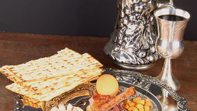 Ainda-vida de Pesach com pão judaico do passover do vinho e do matzoh vídeos de arquivo