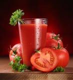 Ainda-vida de tomates frescos e de seu suco. Fotografia de Stock Royalty Free