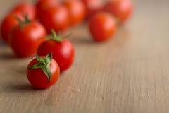 Ainda vida de um tomate em uma mesa de cozinha Fotos de Stock Royalty Free