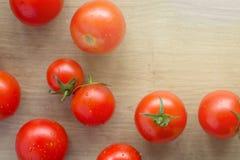 Ainda vida de um tomate em uma mesa de cozinha Imagens de Stock