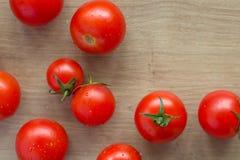 Ainda vida de um tomate em uma mesa de cozinha Imagens de Stock Royalty Free