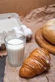 Ainda vida de um vidro do leite com croissant Fotografia de Stock Royalty Free