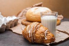 Ainda vida de um vidro do leite com croissant Fotografia de Stock
