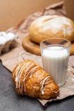 Ainda vida de um vidro do leite com croissant frescos Fotos de Stock