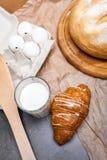 Ainda vida de um vidro do leite com croissant Imagem tonificada Vinta Imagens de Stock Royalty Free