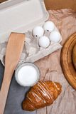 Ainda vida de um vidro do leite com croissant Imagem tonificada Vinta Fotografia de Stock
