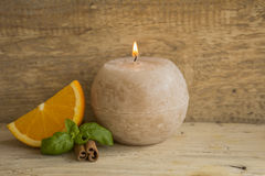 Ainda-vida de uma laranja, de uma vela e de uma canela Fotografia de Stock Royalty Free