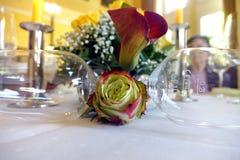 Ainda vida de uma rosa, de um calla e de vidros Imagens de Stock