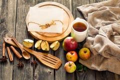 ainda vida de utensílios e de maçãs de madeira Lugar para o texto no fundo Imagens de Stock Royalty Free