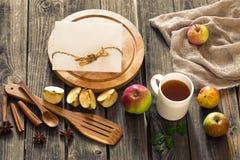 ainda vida de utensílios e de maçãs de madeira Lugar para o texto no fundo Fotos de Stock Royalty Free