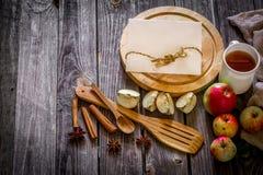 ainda vida de utensílios e de maçãs de madeira Lugar para o texto no fundo Fotografia de Stock Royalty Free