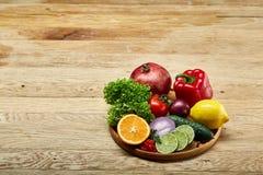 Ainda vida de vegetais orgânicos frescos na placa de madeira sobre o fundo de madeira, foco seletivo, close-up Imagem de Stock