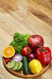Ainda vida de vegetais orgânicos frescos na placa de madeira sobre o fundo de madeira, foco seletivo, close-up Fotos de Stock Royalty Free