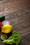 Ainda vida de vegetais orgânicos frescos na placa de madeira sobre o fundo de madeira, foco seletivo, close-up Fotografia de Stock Royalty Free