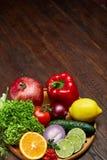 Ainda vida de vegetais orgânicos frescos na placa de madeira sobre o fundo de madeira, foco seletivo, close-up Imagem de Stock Royalty Free