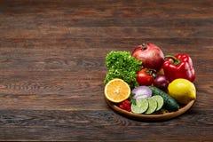 Ainda vida de vegetais orgânicos frescos na placa de madeira sobre o fundo de madeira, foco seletivo, close-up Imagens de Stock Royalty Free