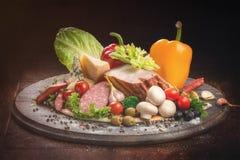 Ainda vida do alimento, dos vegetais, da carne, das salsichas, do queijo e do spi Imagens de Stock Royalty Free