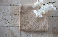 Ainda-vida do bem estar do zen com a toalha bege para o espaço da cópia Fotografia de Stock