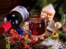 Ainda vida do encontro na garrafa e na caneca de vinho da tabela Foto de Stock