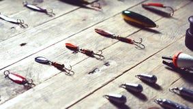 Ainda-vida do equipamento de pesca no fundo de madeira Imagem de Stock