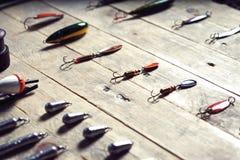 Ainda-vida do equipamento de pesca no fundo de madeira Imagens de Stock Royalty Free