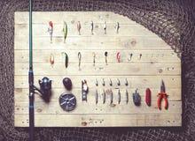 Ainda-vida do equipamento de pesca no fundo de madeira Imagens de Stock