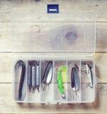 Ainda-vida do equipamento de pesca no fundo de madeira Foto de Stock