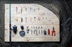 Ainda-vida do equipamento de pesca no fundo de madeira Fotografia de Stock