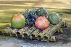 Ainda vida do fruto artificial plástico sobre um fundo de madeira Imagens de Stock
