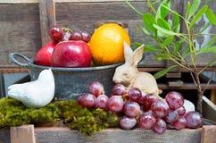 Ainda vida do fruto e do coelho, emplastro cerâmico do pássaro no vintag foto de stock