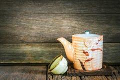 Ainda vida do grupo de bule e de copo cerâmicos japoneses em t de madeira Imagem de Stock Royalty Free