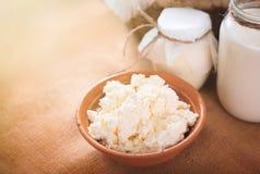 Ainda vida do leite, do requeijão e do iogurte na tabela Produtos láteos da vaca da exploração agrícola Fotos de Stock