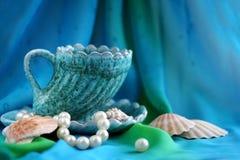 Ainda-vida do mar, um copo do chá foto de stock