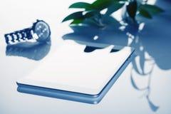 A ainda-vida do negócio com tablet pc e pulso de disparo tonificou no azul Fotografia de Stock Royalty Free