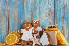 Ainda a vida do pão-de-espécie, homens de pão-de-espécie, secou laranjas no fundo de madeira azul, no fundo do Natal ou do ano no Fotos de Stock Royalty Free