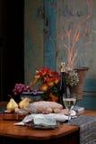 Ainda vida do pão, vinho, fruta, queijo Fotografia de Stock