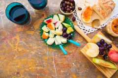 Ainda vida do queijo, fruto, vinho em uma superfície natural do mármore Imagens de Stock