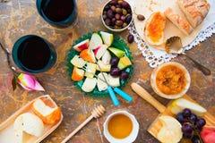 Ainda vida do queijo, fruto, vinho em uma superfície natural do mármore Imagens de Stock Royalty Free