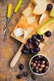 Ainda vida do queijo, fruto, vinho em uma superfície natural do mármore Fotos de Stock Royalty Free