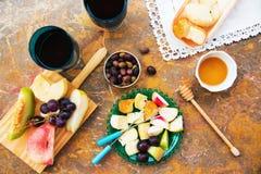 Ainda vida do queijo, fruto, vinho em uma superfície natural do mármore Imagem de Stock