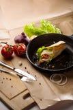 Ainda vida do rolo quente do café da manhã na bandeja do ferro fundido Fotografia de Stock