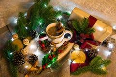 Ainda-vida do ` s do ano novo com xícara de café e festão Fotografia de Stock Royalty Free