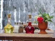 Ainda vida do serviço mediterrâneo na tabela da rua no café Imagens de Stock