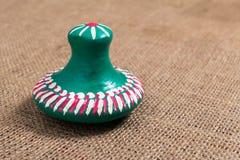 Ainda a vida do verde pintou a tampa da cerâmica no fundo do pano de saco Fotografia de Stock